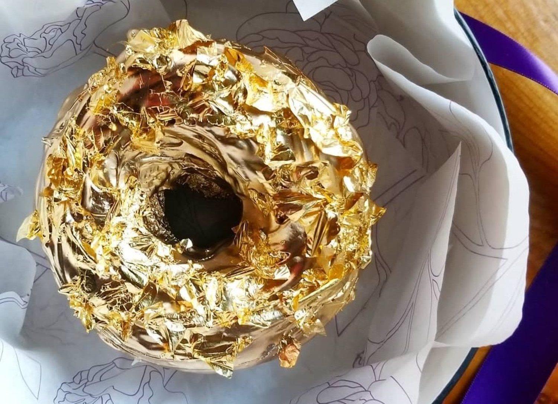 Un donut de champán completamente recubierto de oro, para desayunar por más de 100 dólares la pieza.
