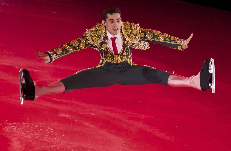 El patinador español interpreta números camaleónicos. En esta ocasión, hizo del hielo su ruedo personal y divirtió al público con un número sensacional.