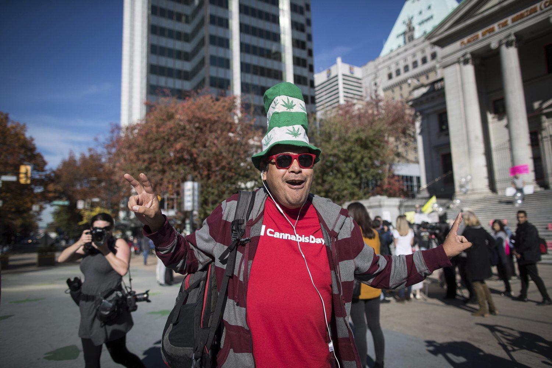 Un hombre celebra la legalización del consumo de marihuana con fines recreativos en Canadá.