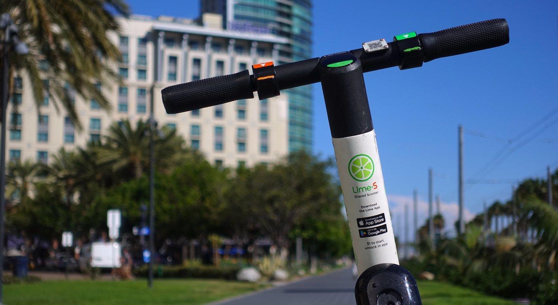 Lime compite con Bird Rides por ofrecer el mejor servicio de alquiler compartido de patinetes eléctricos. La empresa norteamericana también llegó a estar valorada en 2 billones de dólares.