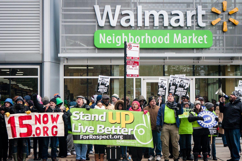 Huelga de los trabajadores de Walmart exigiendo la equiparación salarial con Amazon: 15 euros la hora.