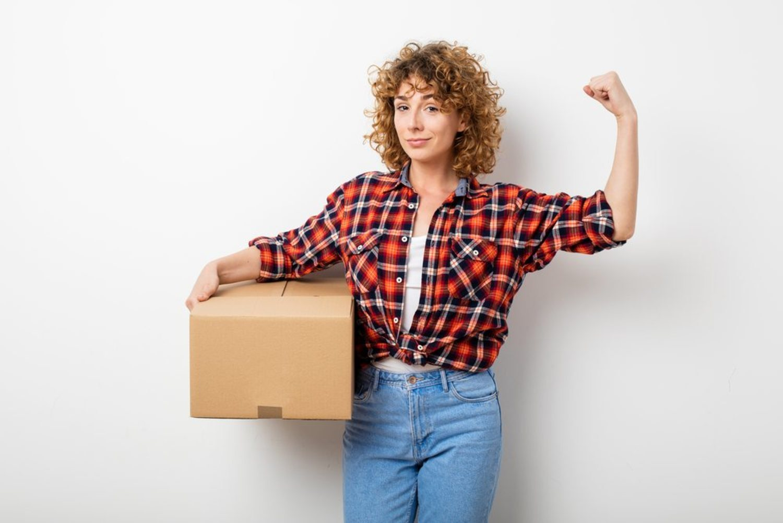 No tienes que llevar tú sí o sí todas las cajas en una mudanza ni todas las bolsas de la compra. Las mujeres también son fuertes.
