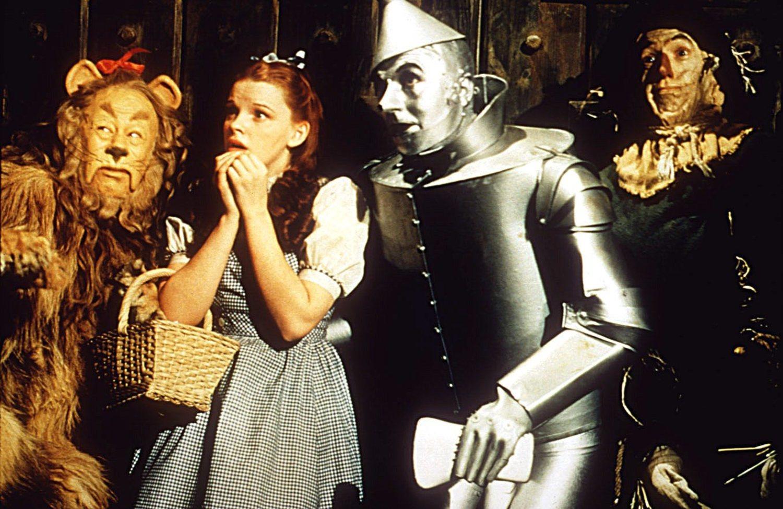 El actor que en principio iba a hacer de Hombre de Hojalata, Buddy Espen, abandonó el papel tras tener problemas respiratorios derivados de la pintura plateada.