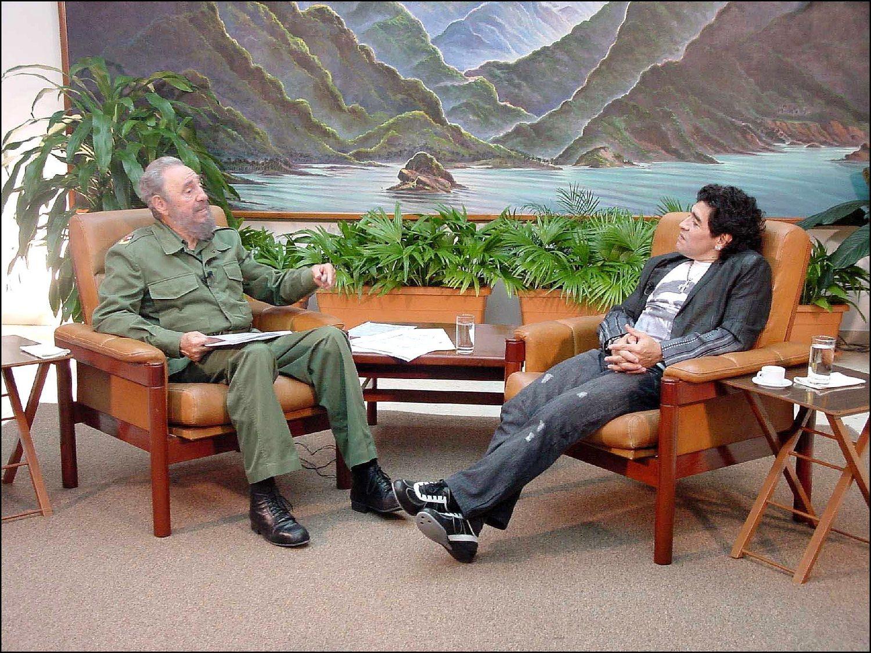 A la izquierda, Fidel Castro, a la derecha Maradona, ambos disfrutando de una amigable conversación.