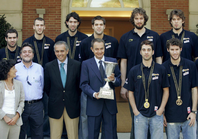 Pepu Hernández, con unos jovencísimos jugadores, junto a sus actuales compañeros de partido del PSOE (2006).