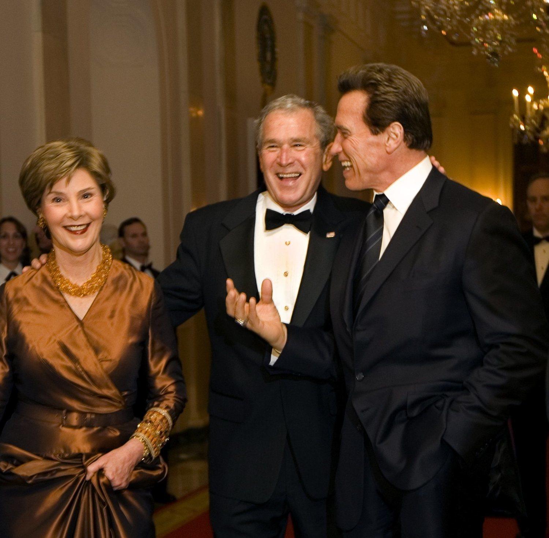 Arnold junto a Bush y su esposa en la Gala de los Oscar.