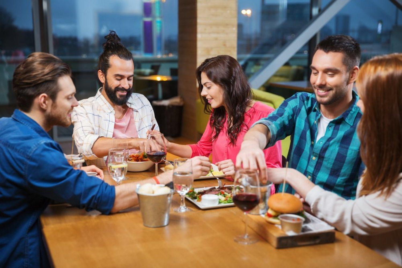 Celebra San Solterín con una cena entre amigos (siempre que estén solteros, claro).