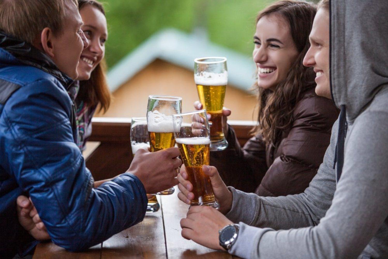 Amigos, cervezas y casa rural. ¿Hay mejor forma de aislarte de San Valentín?