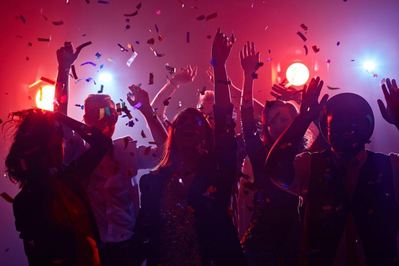 Olvida tus penas y pégate una buena fiesta con tus amigos el 14 de febrero.