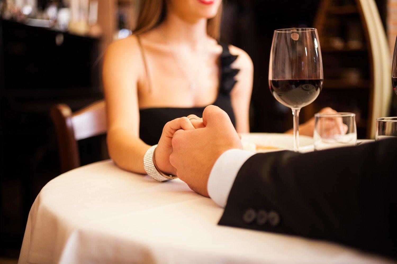 La cena romántica de gala es un tópico infalible