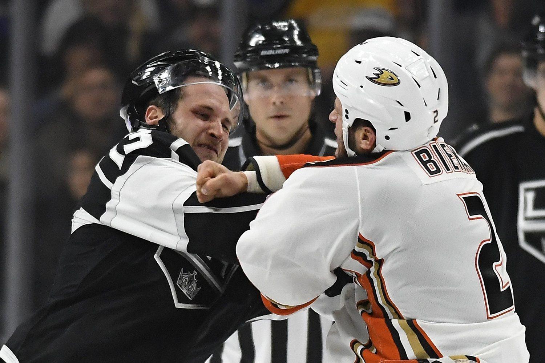 Según el artículo 46 del libro de reglas de la NHL, los jugadores no involucrados en la pelea deberán retirarse del área de la misma.
