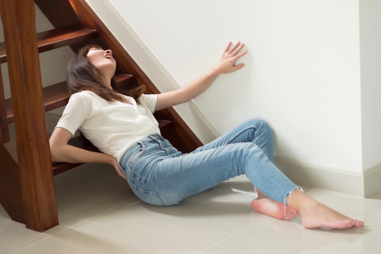 La caída por las escaleras de mi compañera empleada (dramatización)