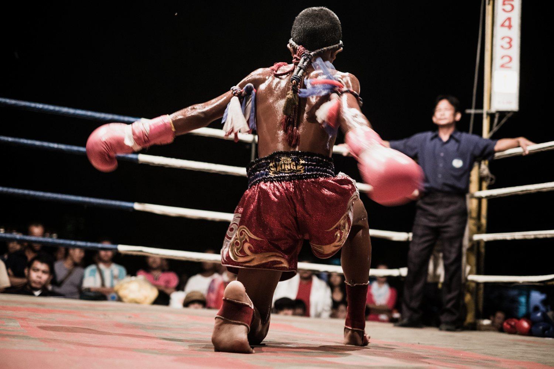 Niño realizando los saludos típicos del ritual previo al combate