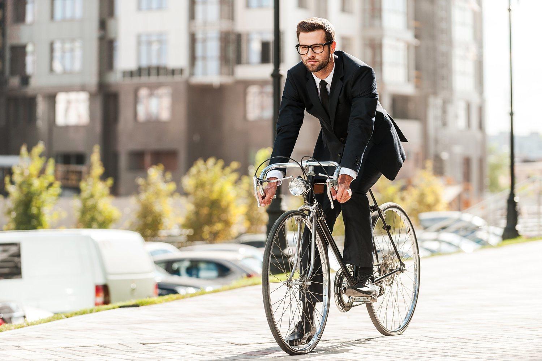 Por muy bonita que quede una foto tuya en traje con bici, lo más cómodo es ir en chándal y cambiarse después.
