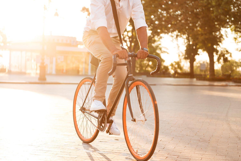 Cada vez más gente decide ir al trabajo en bicicleta.