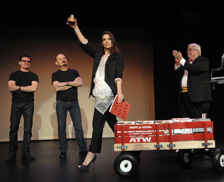 Sandra Bullock acudió a los Razzie con una carretilla repleta de copias de su película y con el guion, un divertido gesto aplaudido por crítica y público.