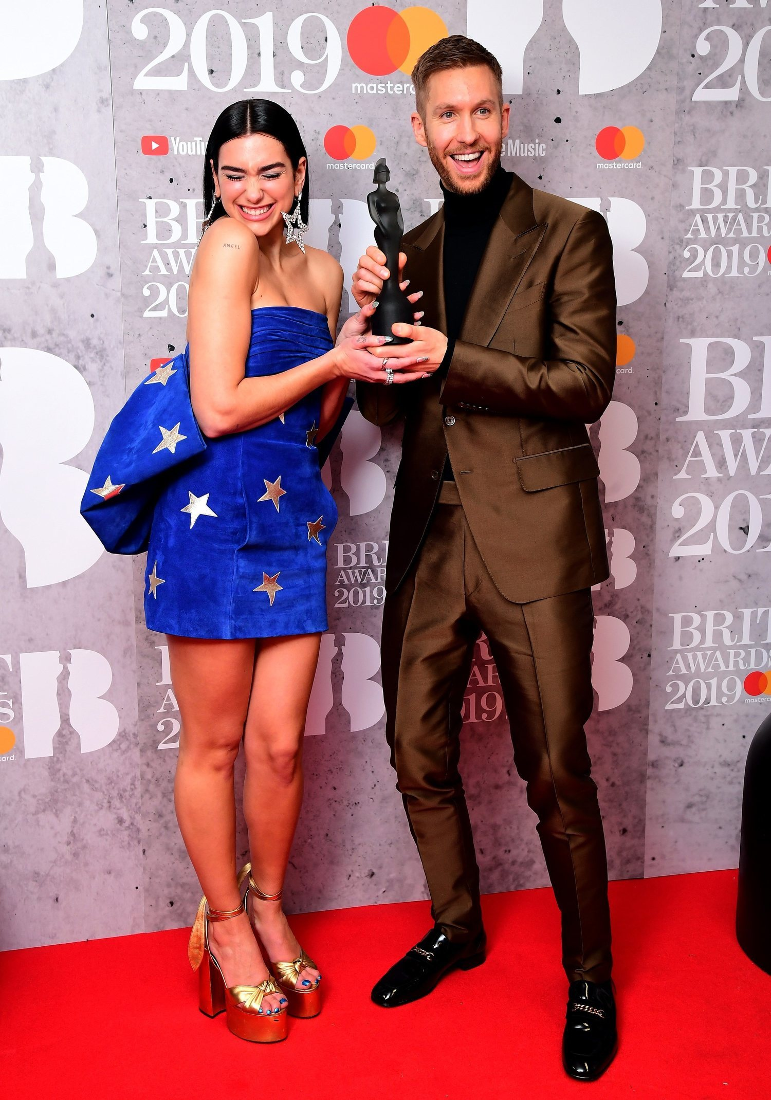 Calvin Harris, feliz con su Brit Awards junto a Dua Lipa.