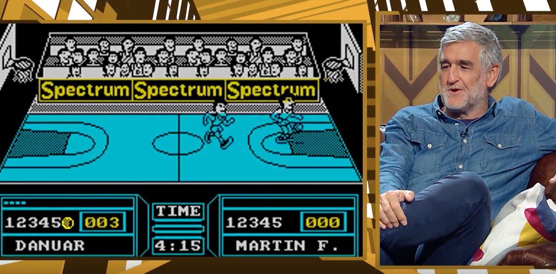 Iturriaga charlando con Ibai sobre su videojuego favorito, uno de baloncesto de la prehistórica 'Spectrum'