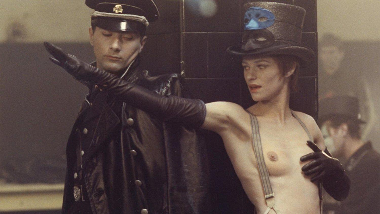 'El portero de noche' no consiguió superar la censura franquista y no pudo estrenarse en España hasta la muerte del dictador.