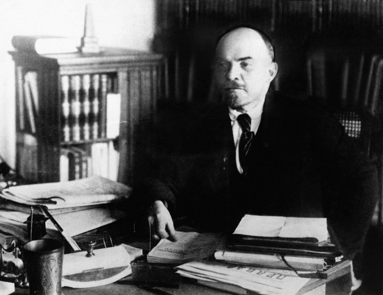 Después de que los bolcheviques conquistasen el poder, Lenin ordenó la creación de un sistema de autodefensa sin armas para las fuerzas de seguridad del recién creado Estado Soviético.