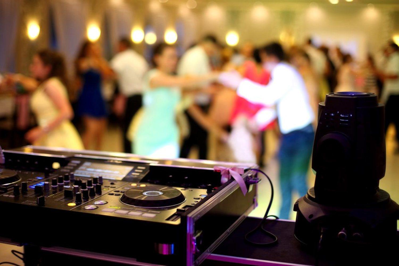 Los DJ de las bodas, los únicos que siguen pensando que 'Bailando' sigue de moda en 2019.