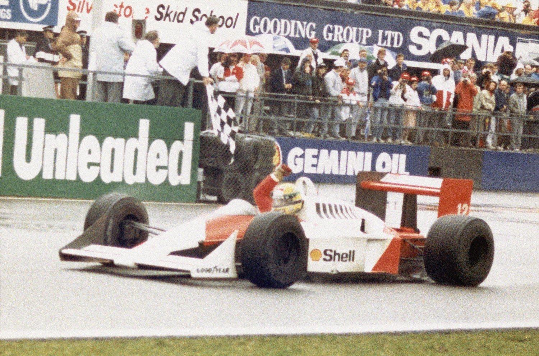 Ayrton Senna conquistó al público de la F1 gracias a una personalidad arrolladora y a un manejo del coche como nunca antes se había visto.