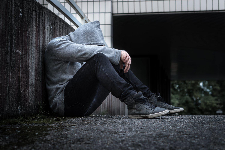 A pesar de que parecen significar lo mismo, la soledad y el aislamiento social son dos conceptos diferentes. Una persona puede estar aislada y no sentirse sola, y otra persona puede estar rodeada de gente y, sin embargo, sentirse sola.