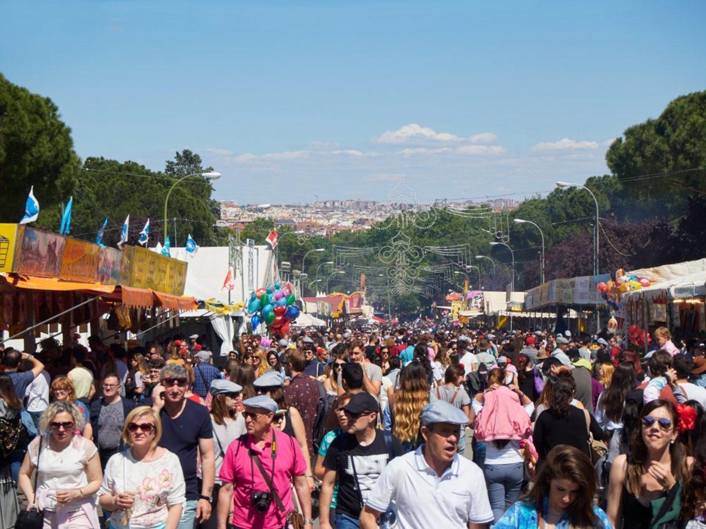 Las aglomeraciones son todo un clásico del día de San Isidro. Díaz Ayuso estará encantada.