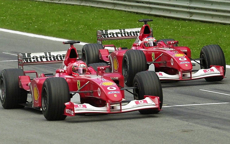 La suerte no sonreía a Barrichello (derecha), siempre estaba por detrás de sus compañeros (Schumacher a la izquierda).