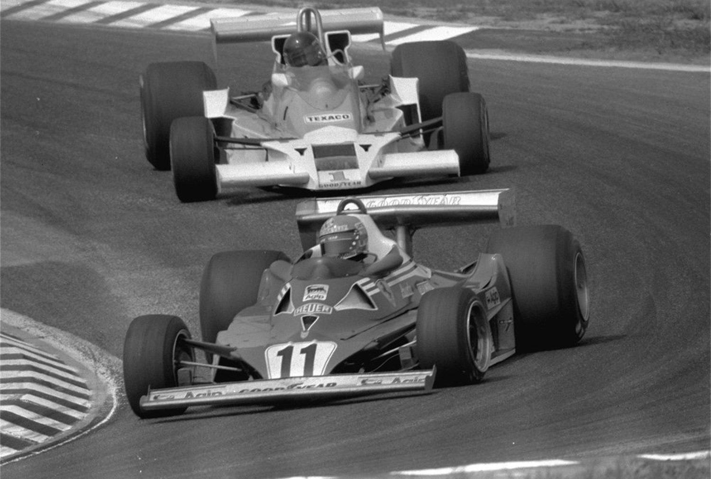 Niki Lauda pilotando con Ferrari seguido de James Hunt en 1977