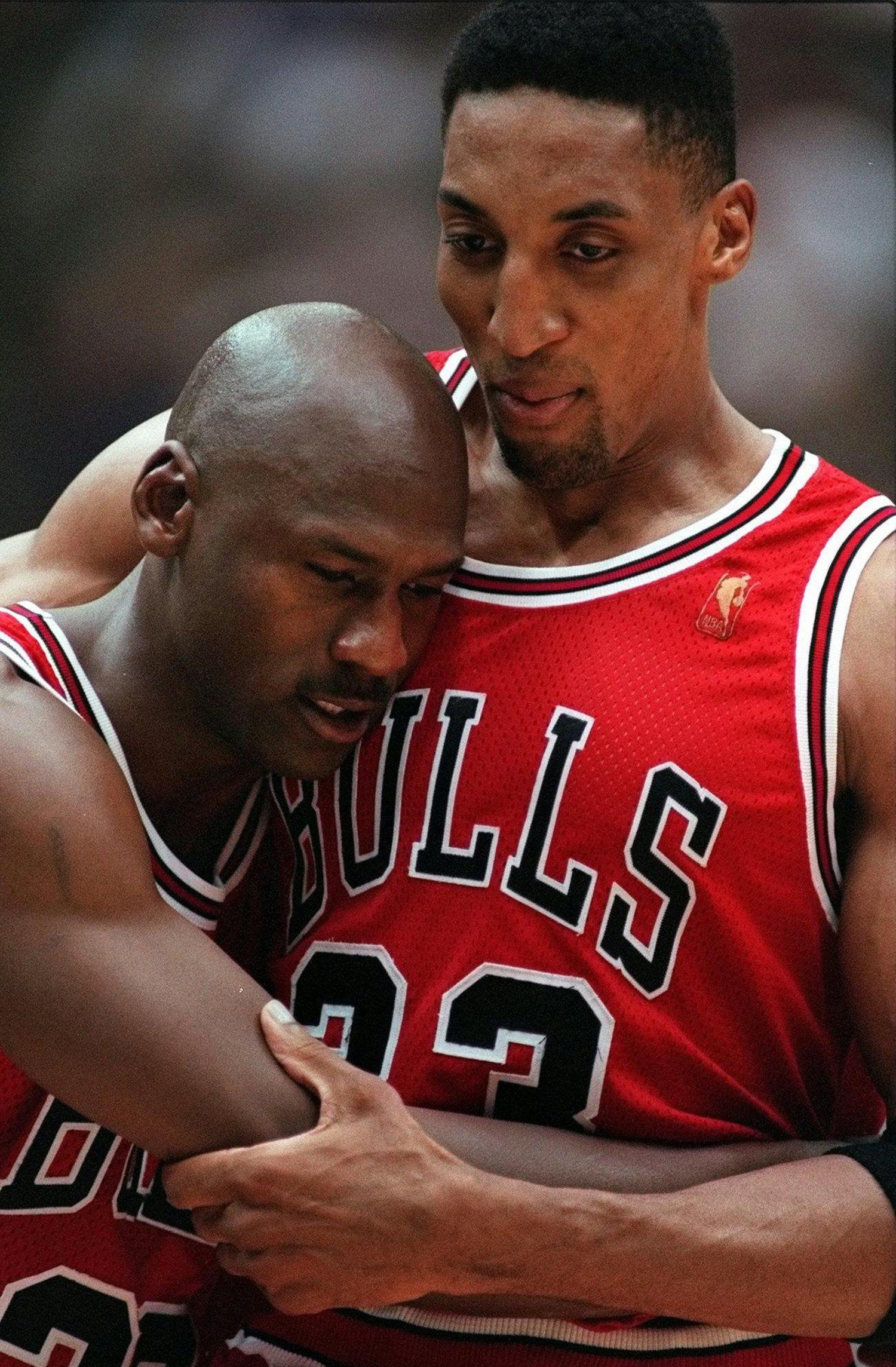 Scottie Pippen sosteniendo a Michael Jordan, que no conseguía aguantar en pie tras el partido.