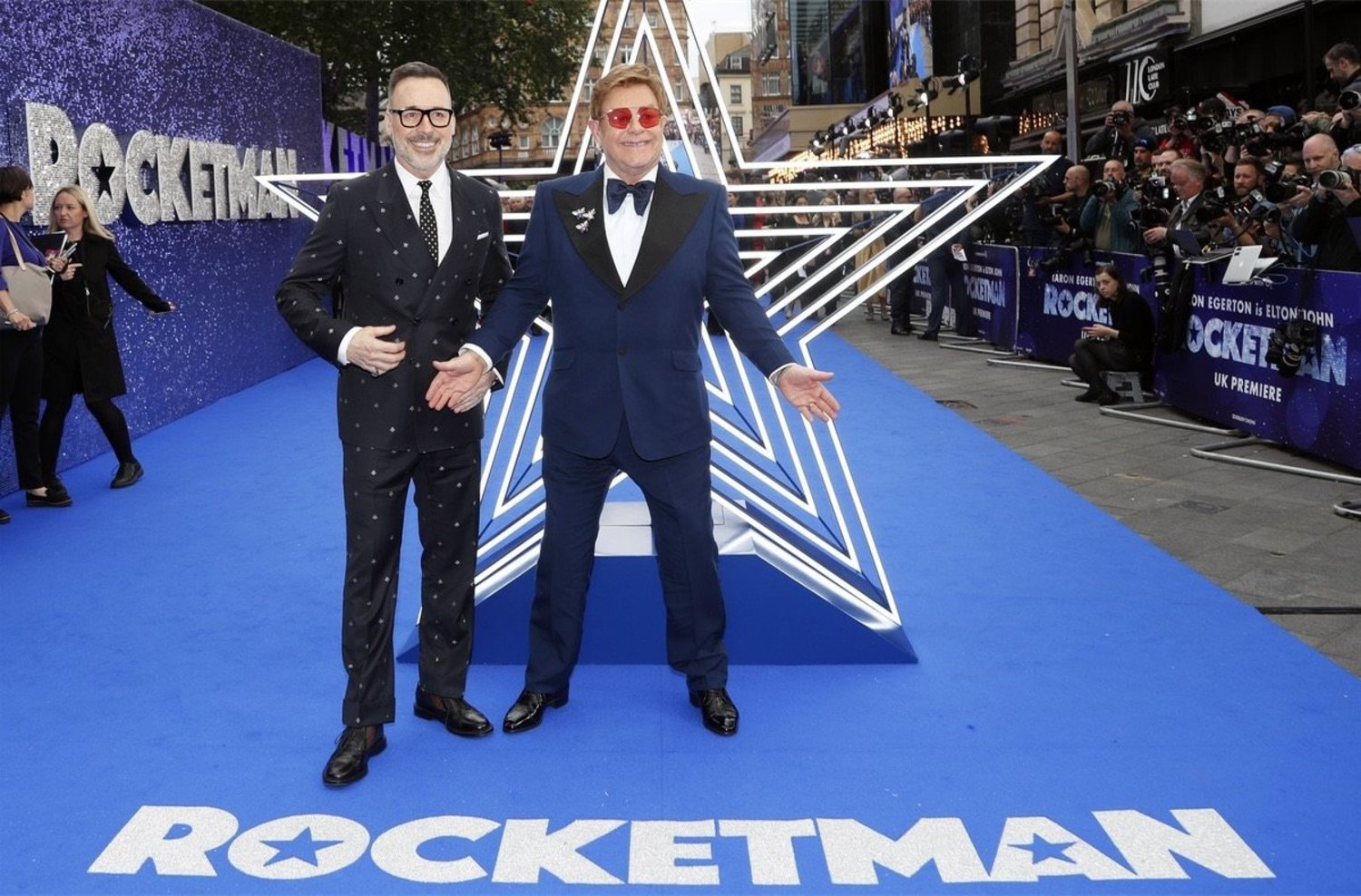Elton John y su marido Richard Furnish en el estreno de 'Rocketman'