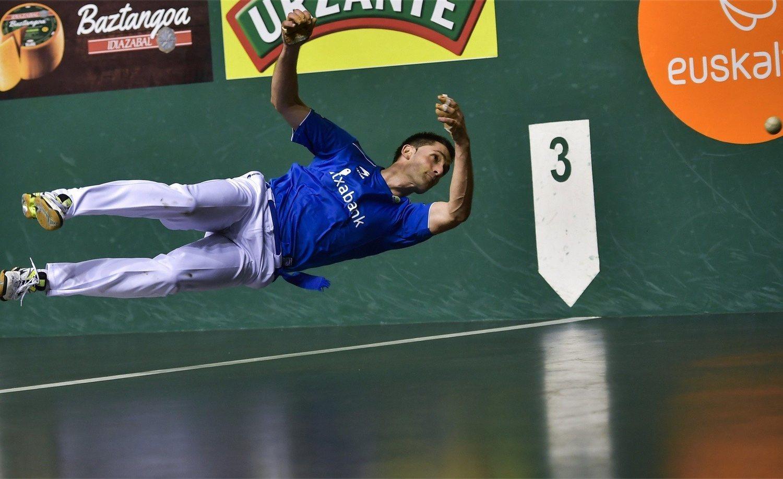 El pelotari Jon Ander Albisu jugándose la salud en un acrobático resto