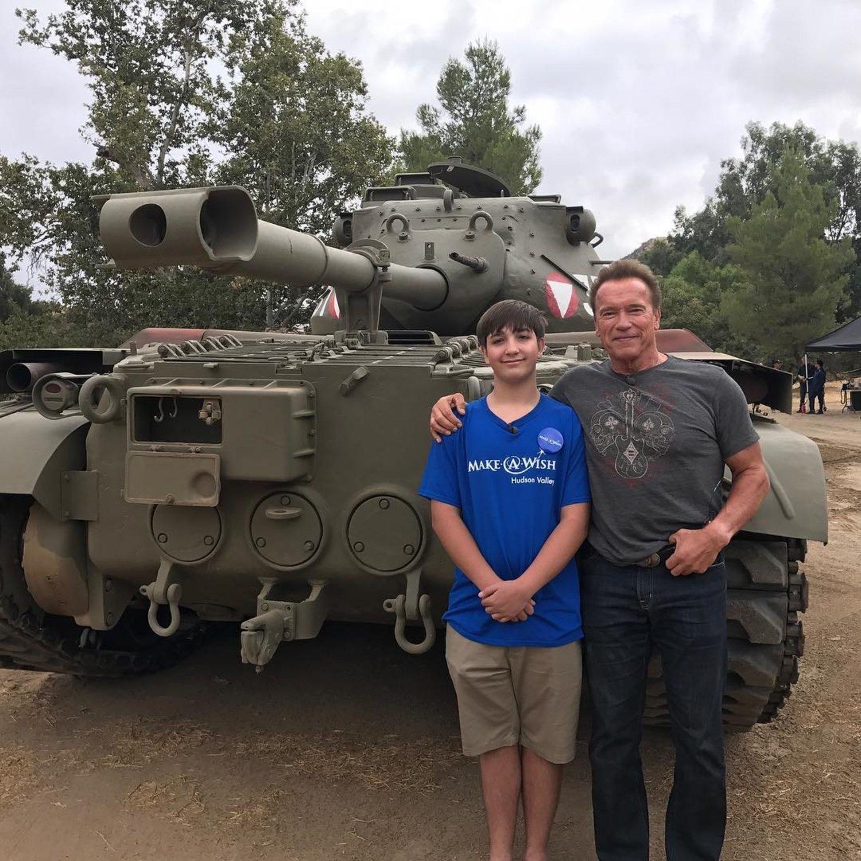 Schwarzenegger, junto a su hijo, posando con el tanque