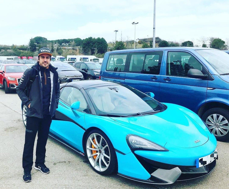 Fernando Alonso junto al McLaren 570S