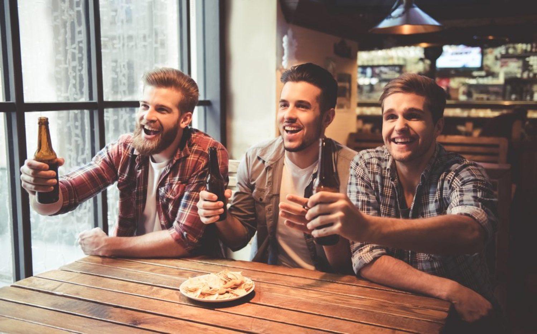 Seguramente el bar de toda la vida de tu barrio sea más cutre que el de la foto, pero la felicidad debería ser la misma.