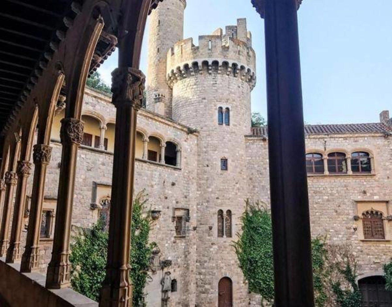 En Canet de Mar se encuentra el Castillo de Santa Florentina, que en la serie da vida a Colina Cuervo, el hogar de la Casa Tarly.