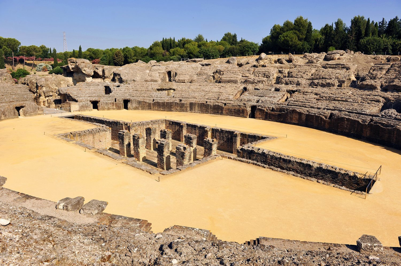 En las ruinas de Itálica se rodó la célebre reunión en la que Jon Nieve le muestra a Cersei la existencia de los caminantes blancos.