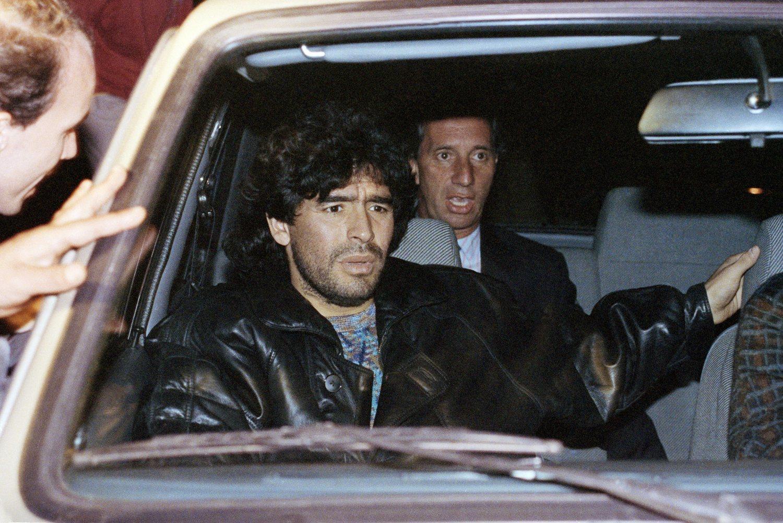 Maradona saliendo de una comisaría después de estar detenido por posesión y distribución de drogas (foto de 1991).