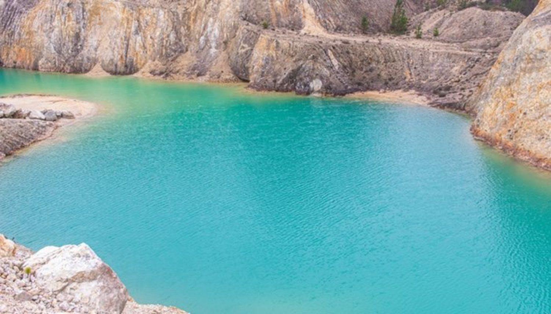 Algunos de los elementos que contiene el estanque tóxico son: arsénico, plata, aluminio y sílice. El color turquesa del agua se debe a este último.