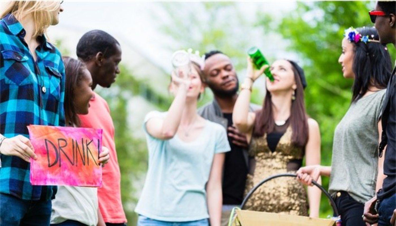 Algunos juegos de beber tienen bastante peligro, solo bebedores profesionales pueden afrontar el reto