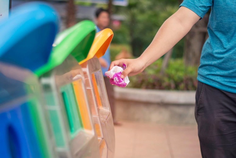 ¡Cuidado! Si tiras eso y reciclas te volverás gay al instante.