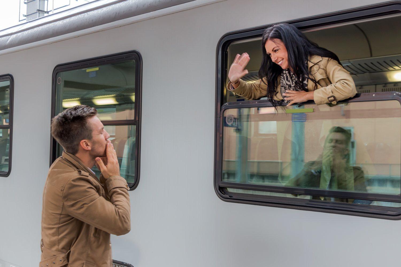 Las relaciones a distancia implican pasar mucho tiempo viajando.