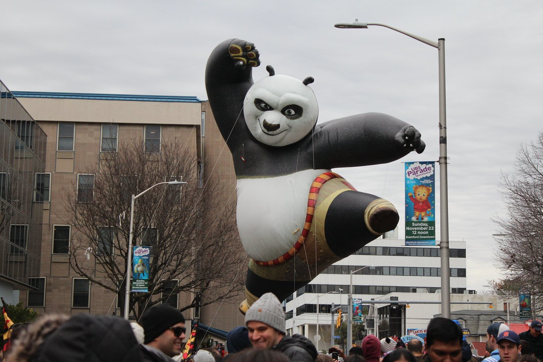 El desfile de acción de gracias es una tradición que lleva a cabo los grandes almacenes de Macy's.