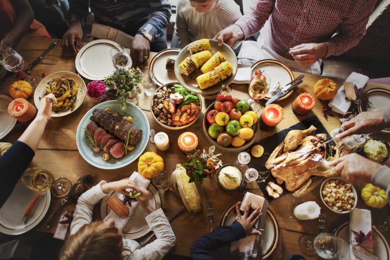 Una gran cena con la familia es la manera tradicional de celebrar Acción de Gracias.
