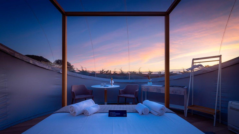 Dormir dentro de una burbuja gigante para disfrutar de la noche estrellada.