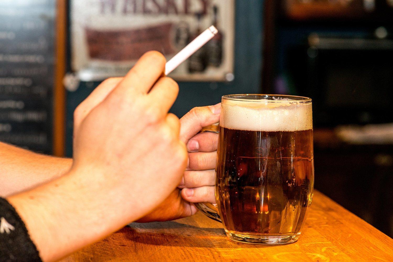 El alcohol y el tabaco son buenos compañeros de los ronquidos, así que lo mejor es llevar una vida sana.