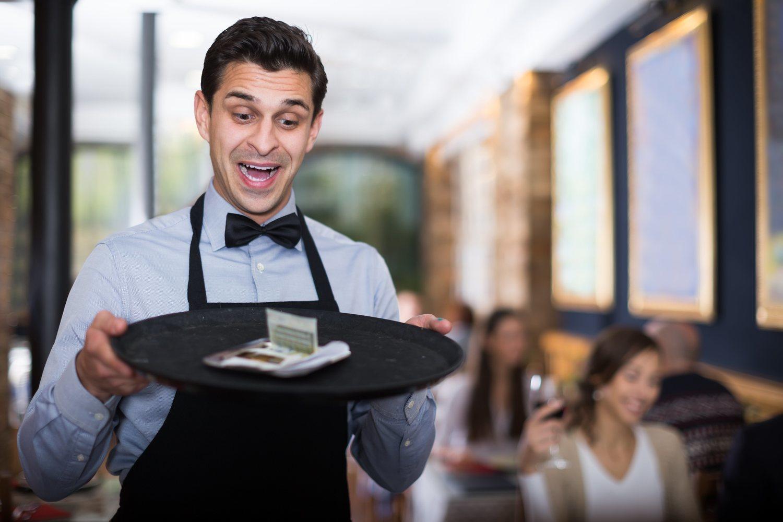La felicidad de un camarero al tener una buena propina.