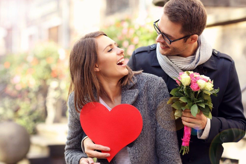 Mira qué sonrisa más falsa tiene ella por la sorpresa que le has preparado 10 días después de romper.