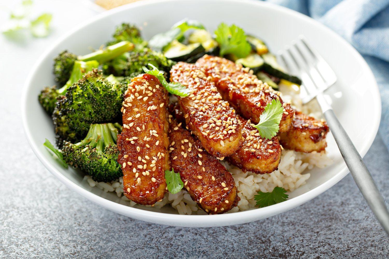 Parecido al tofu, pero con un sabor más intenso y textura granulada, es más versátil y completo.